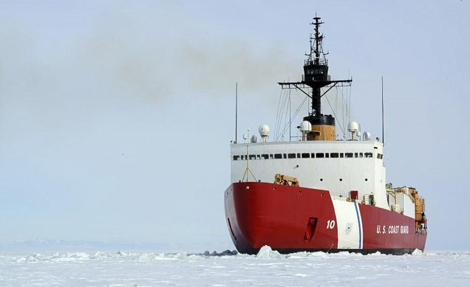 Die Polar Star rammt einen Kanal durch dichtes Eis vor der antarktischen Küste. Der Eisbrecher und seine Mannschaft ermöglichen es den Versorgungschiffen jedes Jahr die McMurdo Station zu erreichen und zu versorgen. (Bild: U.S. Coast Guard)