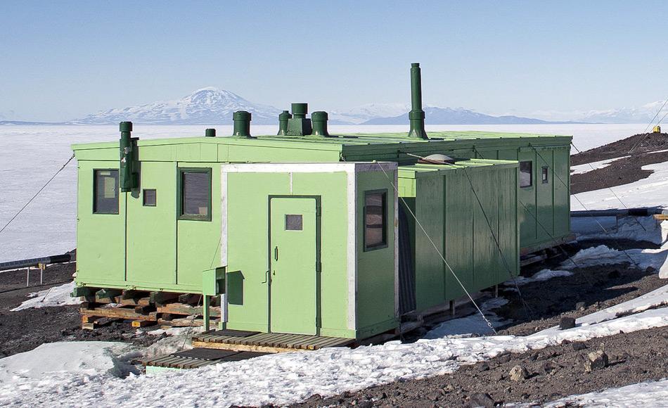 Die TAE Hütte vor Beginn der Renovierungsarbeiten, als sie noch grün war. Nach einer Entscheidung im Jahre 1965 wurden alle Gebäude von Scott Base grün angestrichen. Die Überwinterer sollten an das Grün der neuseeländischen Landschaft erinnert werden.  (Bild: Sergey Tarasenko)
