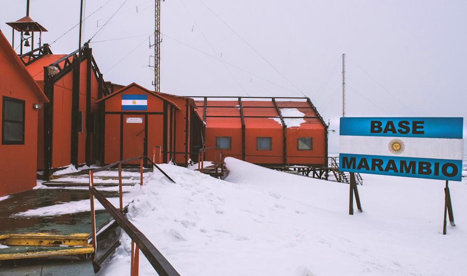Die argentinische Station Marambio liegt am östlichen Rand der antarktischen Halbinsel und ist die grösste der 13 argentinischen Stationen. Auf ihrem Flugfeld können Flugzeuge meist mit ihrem normalen Fahrwerk landen.