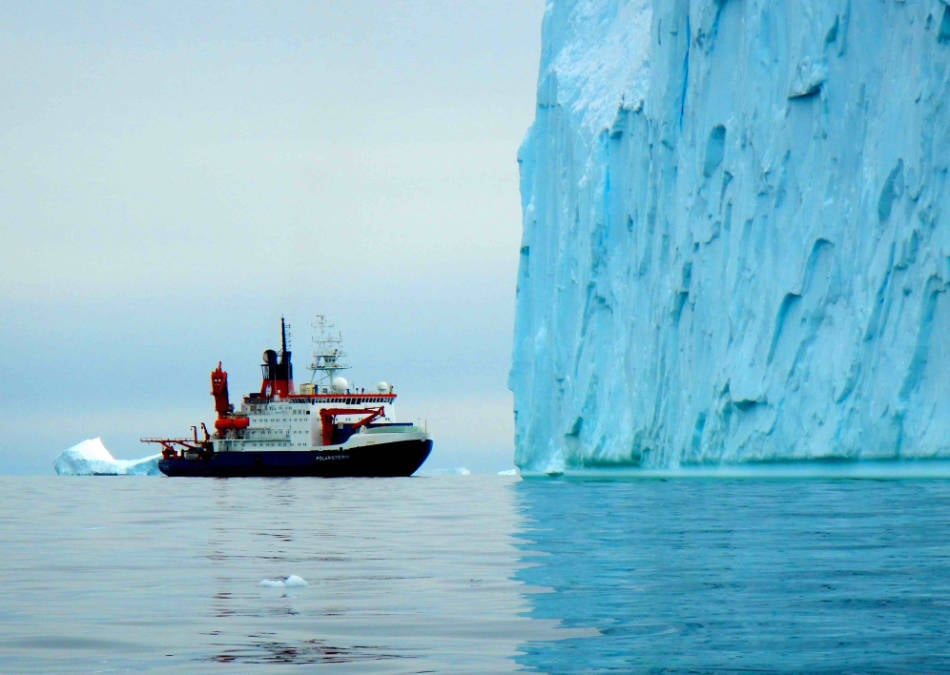 FS Polarstern vor mächtigem Eisberg in der inneren Pine Island Bucht, Westantarktis. (Foto: J.P. Klages, Alfred-Wegener-Institut)
