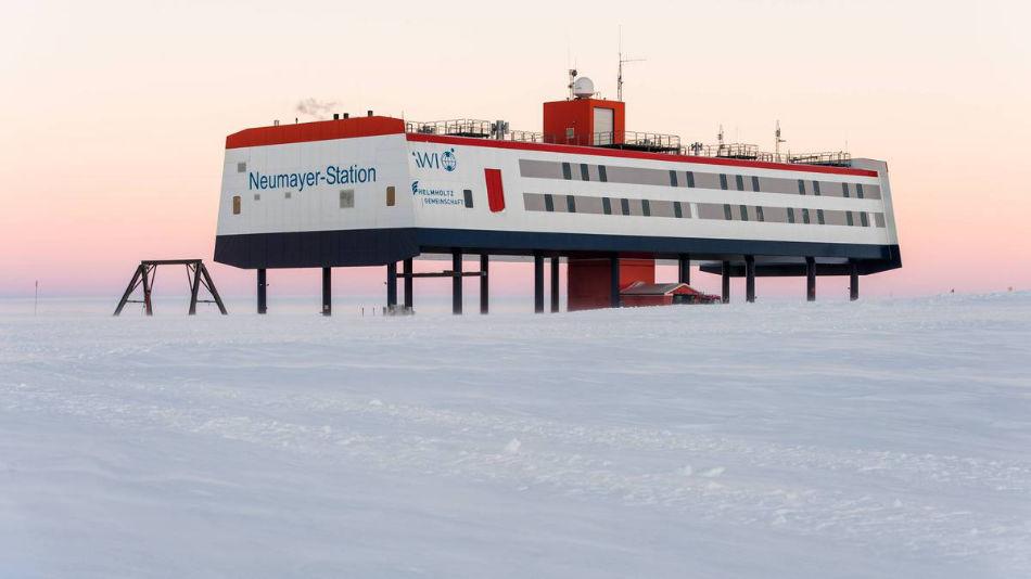 Die Neumayer-Station III befindet sich an der Atka-Bucht auf dem etwa 200 Meter dicken Schelfeis. (Bild: Stefan Christmann / AWI)
