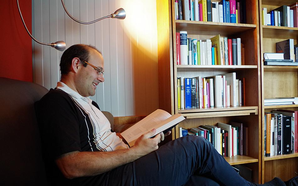 Elektroniker Jens-Peter Biethan in der Bibliothek. Er gehört zum diesjährigen Überwinterungsteam an der Neumayer-Station III. Foto: AWI, Bremerhaven
