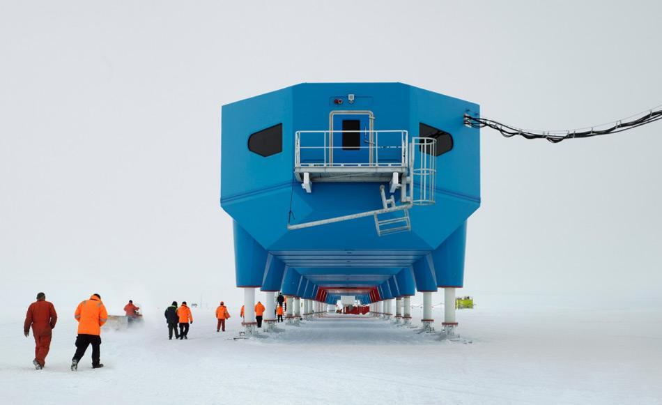 Die neueste britische Antarktisstation ist seit 2013 in Betrieb. Sie besteht aus einer Reihe von Gebäuden, die auf hydraulischen Stelzen und Skis stehen. Damit können die Teile über das Eis gezogen werden, wenn das schwimmende Brunt Eisschelf zu instabil wird. Bild: James Morris