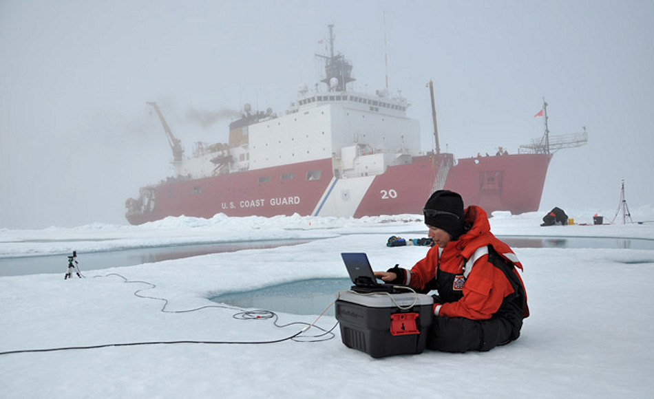 Die ausgesetzten Bojen, die im arktischen Ozean treiben und die wertvollen Daten geliefert hatten, stammten von einem Projekt der Universität Washington. Mit den neuen, verbesserten Daten konnte gezeigt werden, dass das arktische Meereis fünfmal schneller abschmolz, als irgendwo sonst auf der Welt. Bild: Ignatius Rigor, University of Washington