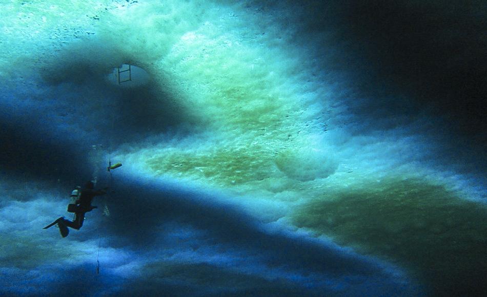 Schnee auf dem Eis reduziert die Verfügbarkeit von Licht in bestimmten Regionen und wirkt sich damit nachteilig auf das Wachstum der Algen aus. (Bild: Andrew Thurber - Tiefsee- und Polarbiologie. Ein Forschungsblog über Polar- und Tiefseeforschung)