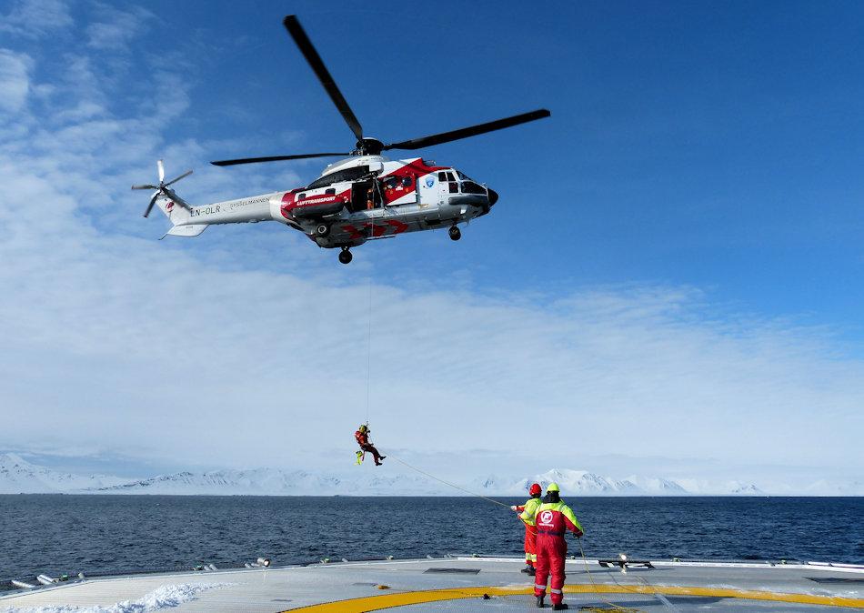 In den Weiten des Arktischen Ozeans sind Rettungsmissionen häufig nur aus der Luft möglich. Der Einsatz muss jedoch immer wieder trainiert werden, teilweise unter erschwerten Bedingungen. Bild Arild Lyssand
