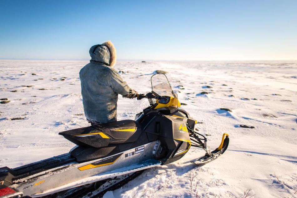 """Inuit benutzen häufig Motorschlitten. Die Witterungsverhältnisse, insbesondere die Temperatur, beeinflussen, ob die Maschinen zuverlässig funktionieren und wie die """"Fahrbahn"""" beschaffen ist. Photo credit: Dylan Clark -McGillUniversity, Canada"""