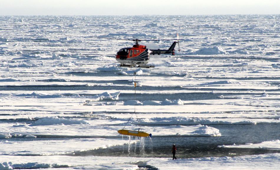 Ein AUV wieder zurückzuholen, ist eine massive logistische Operation, besonders in dichtem Eis. Dank GPS-Geräten im AUV und dem Einsatz von Drohnen können die teuren Geräte leicht wiedergefunden werden. Picture: M. Wurst