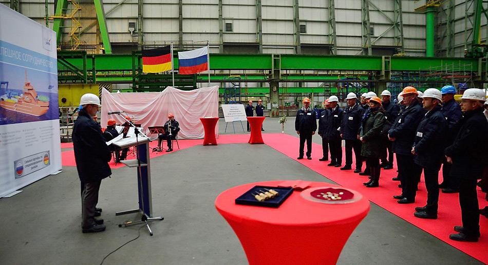 Der Geschäftsführer Technik von Nordic Yards Herr Fred G. Wegener hält zu den Gästen eine kurze Ansprache zur Feier der Kiellegung.