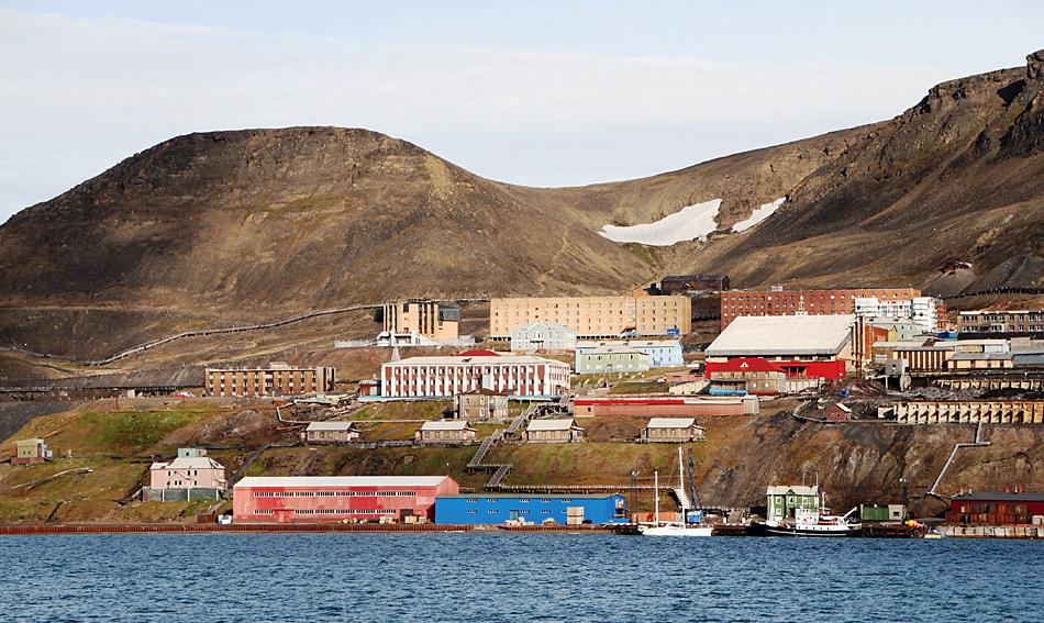 Die zweite grössere Ortschaft, das russische Barentsburg, lebt genau wie Longyearbyen, in erster Linie vom russisch-staatlich subventionierten Kohleabbau.