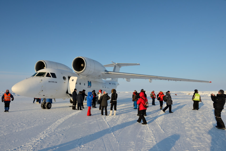 Landungen auf Meereis verlangen nach speziellen Flugzeugen und die einzige dafür geeignete grössere Maschine ist die Antonov AN-74. Sie kann sowohl Passagiere wie auch Material befördern. Bild: Michael Wenger