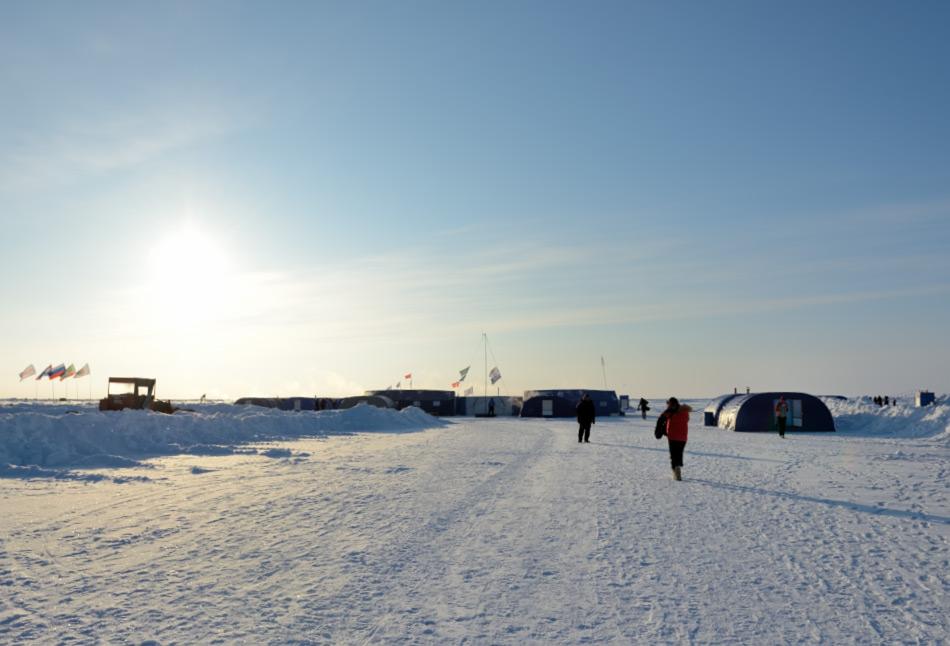 Die Treibeisstation Camp Barneo wird seit 15 Jahren jedes Jahr neu errichtet und dient als Tor für Flüge und Expeditionen zum Nordpol. Seit 2014 nutzt auch das Militär die Station offiziell für Trainings und Übungen für Such- & Rettungsmissionen. Bild: Michael Wenger