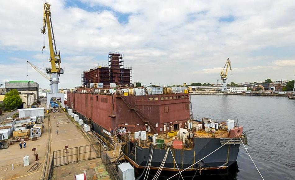 Die Akademik Lomonosov ist das erste schwimmende Kernkraftwerk der Welt. Hier ist sie an der Ostsee-Werft in Sankt Petersburg zu sehen. Die Ostsee-Werft hat den Bau des Kraftwerks übernommen. Das Kernkraftwerk soll bis Ende 2017 fertig gestellt sein und dann nach Pevek transportiert werden. Der Beginn der Stromerzeugung ist für das Jahr 2019 geplant. Bild: bz.ru